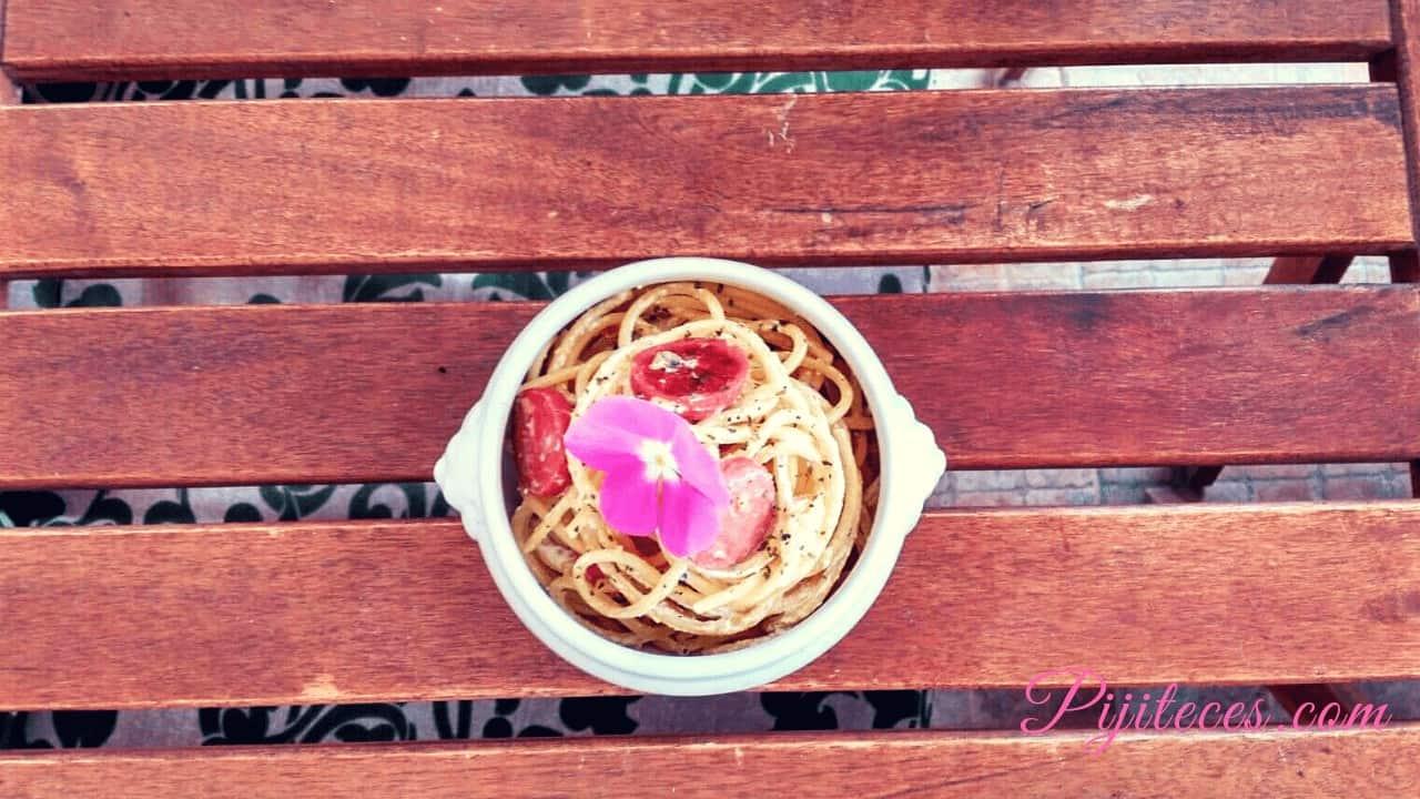 Espaguetis con salchichas y almendras