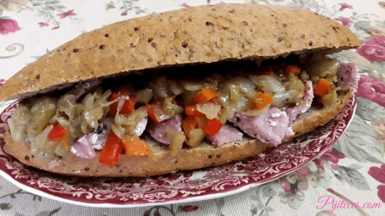 Bocadillo de chia con lomo de cerdo y verduras