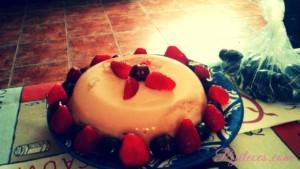 Receta de bizcuajada de chocolate blanco y frutas
