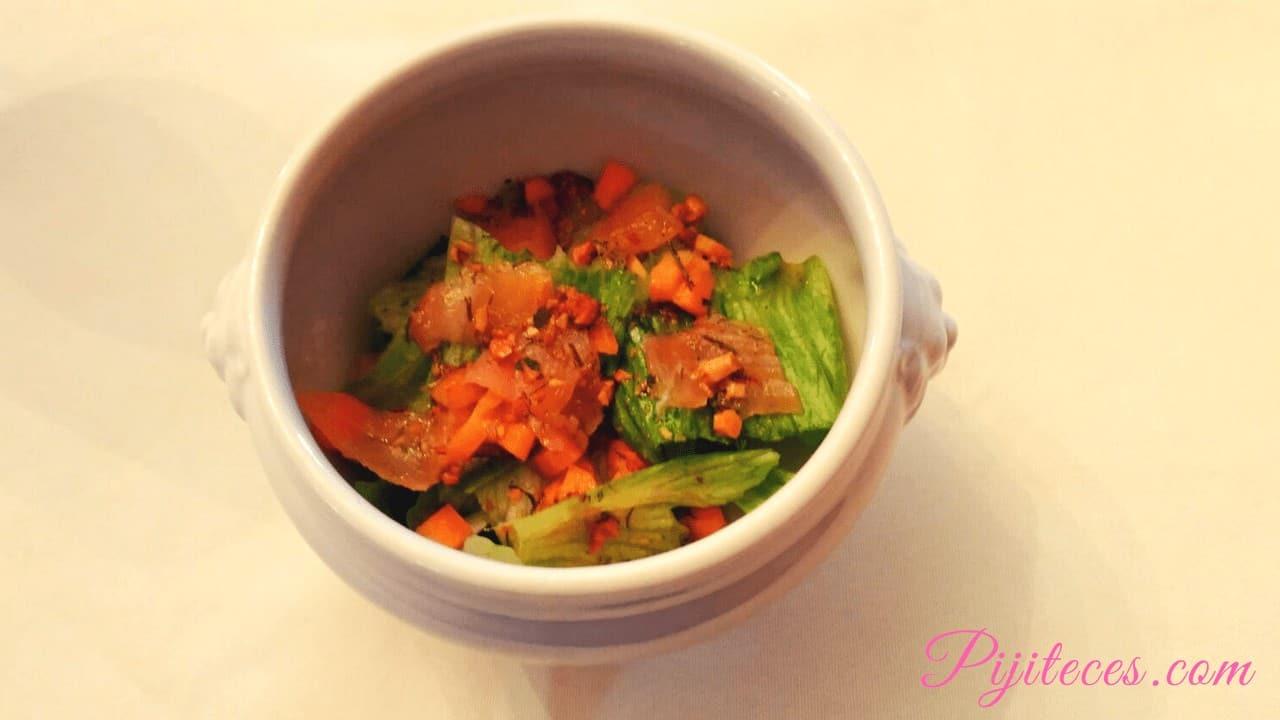 Ensalada con salmón y salsa verde