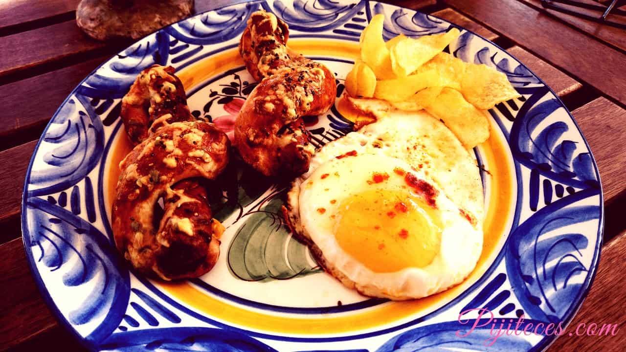 Huevos fritos con salchichas
