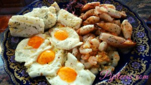 Mariscada con bacalao y huevos fritos