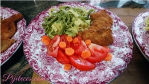 Pollo con pasta y ensalada