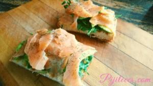 Tostada con rúcula, aguacate y salmón
