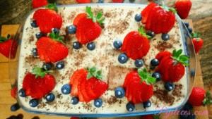 Tarta de mousse de fresas con cobertura de chocolate blanco