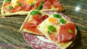 Pizza de huevo con jamón y albahaca