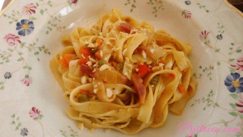 Tagliatelle con verduras y bacon