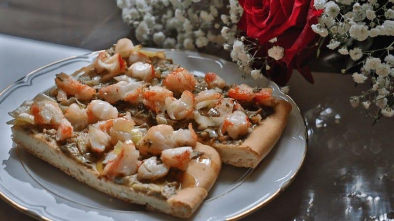 Pizza de gambas y guacamole